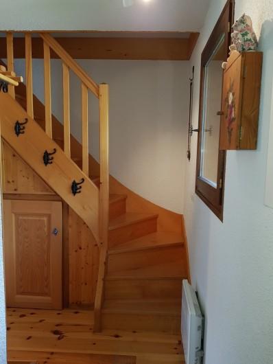 Location de vacances - Appartement à Le Grand-Bornand - Cage d'escalier pour accès à l'étage des chambres