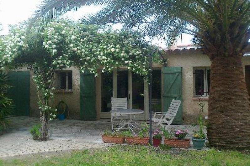 Location de vacances - Villa à Golfe-Juan - Coin repas à l'extérieur, à l'ombre.