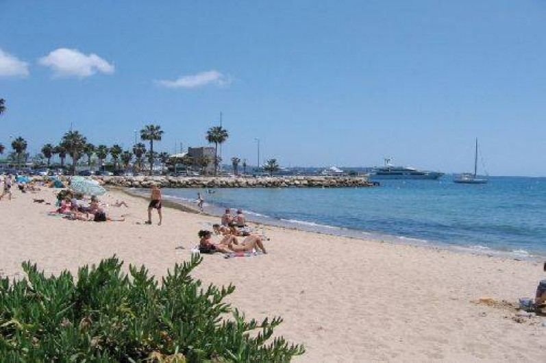 Location de vacances - Villa à Golfe-Juan - La plage de sable fin est située à 10 mn à pieds de la maison.