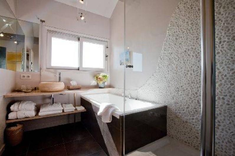 Location de vacances - Chambre d'hôtes à Beaune - Salle de bain moderne, chambre Les Campanules, très belle vue sur Beaune.