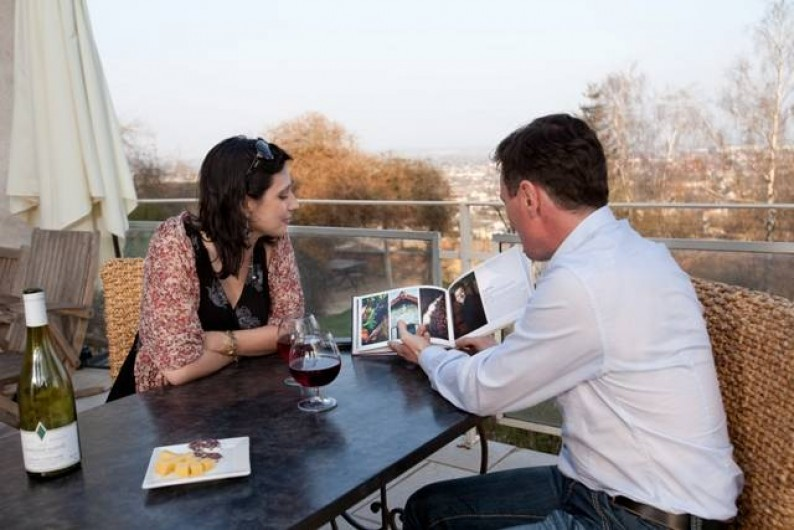 Location de vacances - Chambre d'hôtes à Beaune - Apéritif en terrasse, à la Terre d'Or, avec superbe vue sur Beaune.