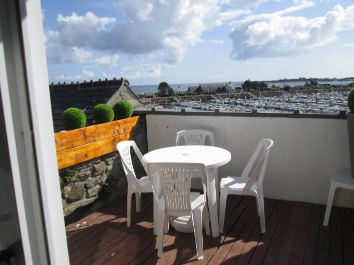 Location de vacances - Studio à Saint-Vaast-la-Hougue - Vue de la terrasse , plage à 10 mètres sur la gauche