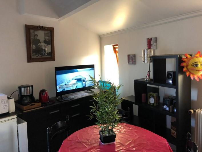 Location de vacances - Studio à Saint-Vaast-la-Hougue - père de séjour vue dans un autre angle