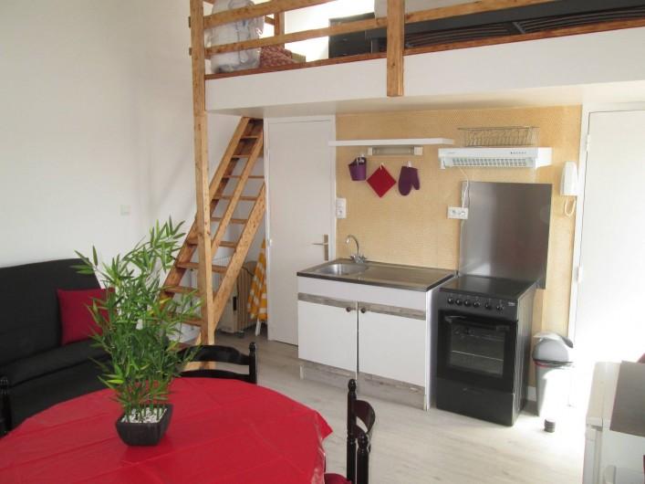 Location de vacances - Studio à Saint-Vaast-la-Hougue - coin cuisine , accès mezzanine ( grand lit )