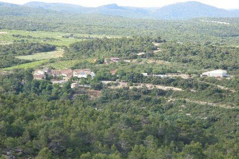 Location de vacances - Gîte à Bize-Minervois - vue d'ensemble du hameau