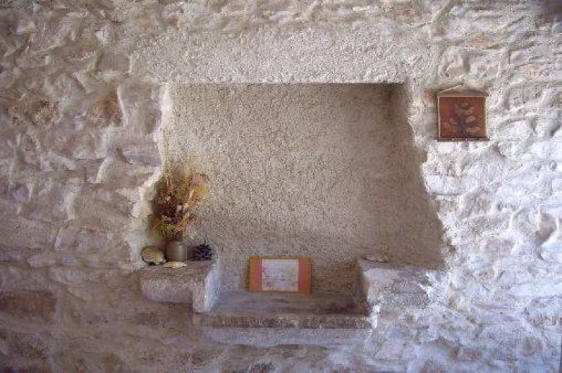 Location de vacances - Gîte à Bize-Minervois - vieil évier à l'entrée