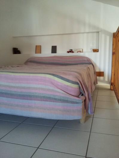 Location de vacances - Gîte à Bize-Minervois - lit double sur la mezzanine
