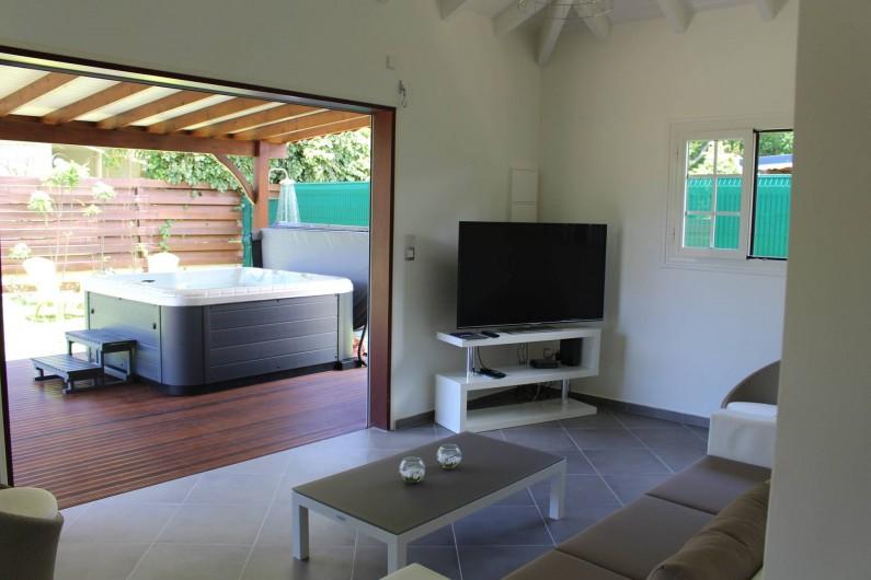 Location de vacances - Maison - Villa à Le Gosier - un Salon ouvert sur une Grande terrasse.