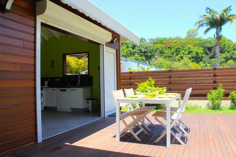 Location de vacances - Maison - Villa à Le Gosier - Déjeuner plein soleil  sur la terrasse