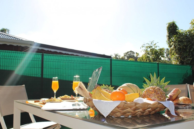 Location de vacances - Maison - Villa à Le Gosier - Petit Dej' vitaminé plein soleil en terrasse
