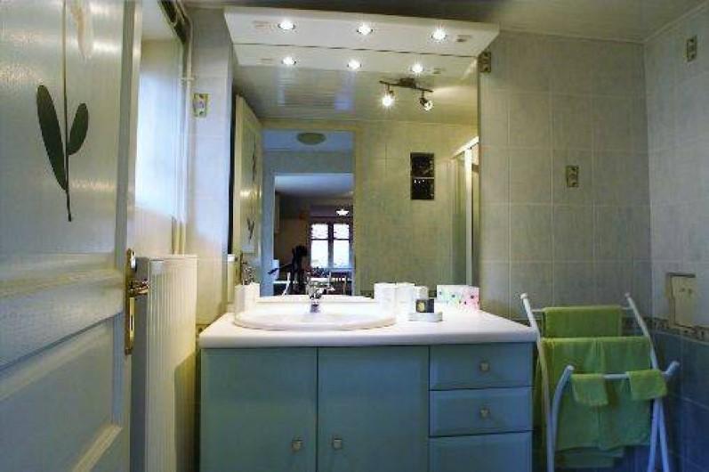Location de vacances - Gîte à Maisonsgoutte - salle d'eau avec douche extra-plate w.c séparé