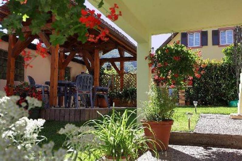 Location de vacances - Gîte à Maisonsgoutte - salon de jardin sous une pergolas