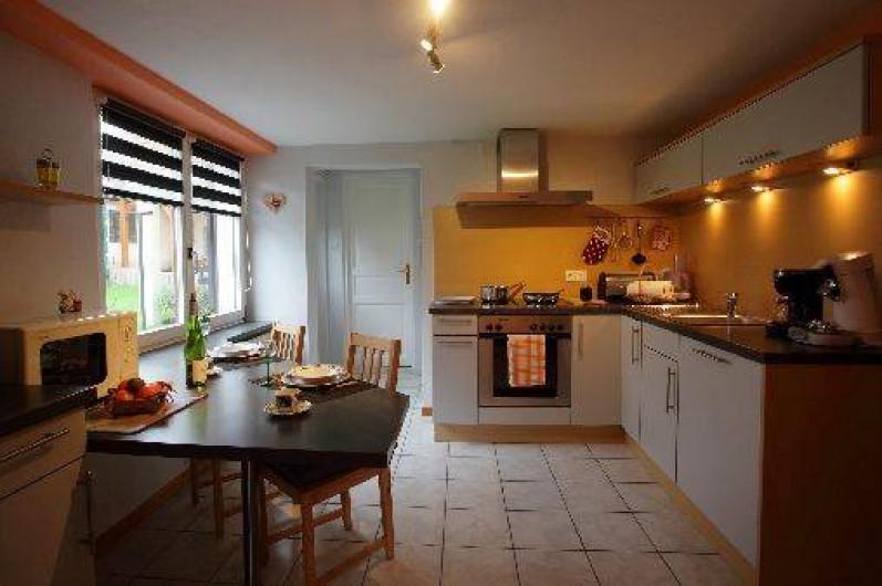 Location de vacances - Gîte à Maisonsgoutte - cuisine entièrement aménagée donnant sur l'espace vert