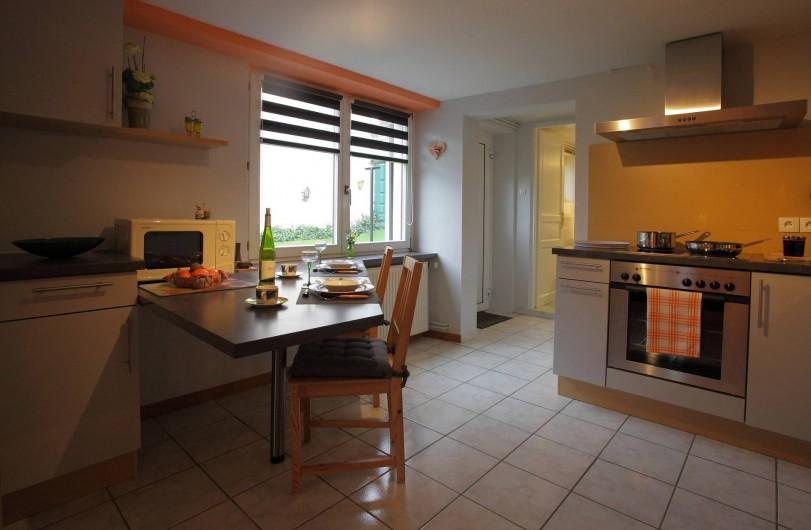 Location de vacances - Gîte à Maisonsgoutte - coin repas lumineux