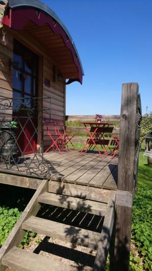 Location de vacances - Roulotte à Saint-Michel-sur-Meurthe - le petit coin terrasse d ou vous pourrez apercevoir l écureuil ou les biches