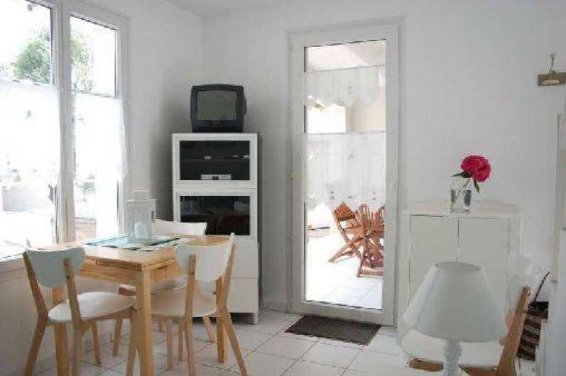 Location de vacances - Maison - Villa à Saint-Clément-des-Baleines - salon coin repas dans location 3/5 personnes avec piscine chauffée