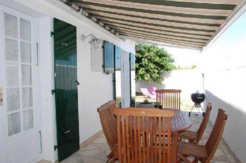 """Location de vacances - Maison - Villa à Saint-Clément-des-Baleines - terrasse sur jardin aménagé villa du phare """" chambres"""