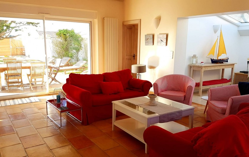 Location de vacances - Maison - Villa à Saint-Clément-des-Baleines - salon ouvert sur jardin dans villa Re privative de 6/8 personnes