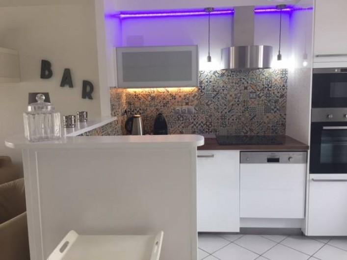 Location de vacances - Maison - Villa à Saint-Clément-des-Baleines - cuisine americaine dans location, piscine chauffée de 3 ch 6/8personnes