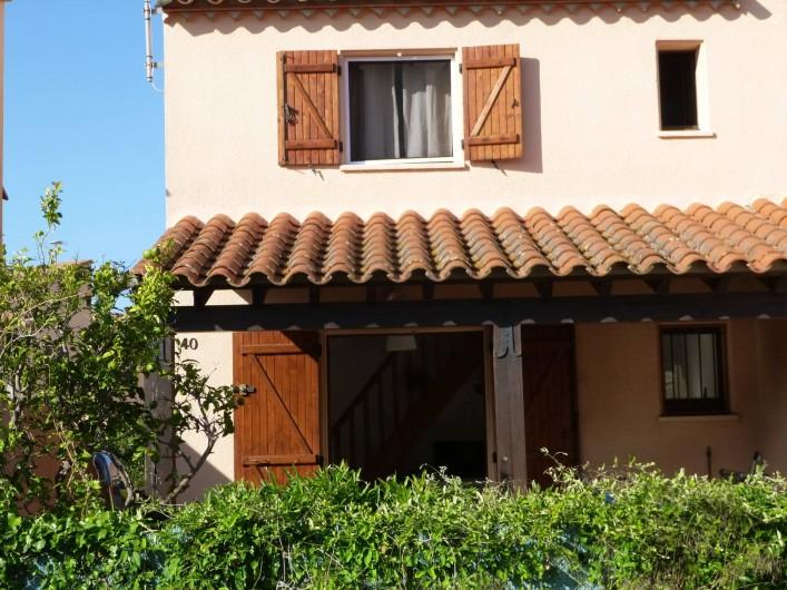 Location de vacances - Villa à Saint-Cyprien Plage - devant de la maison avec terrasse de