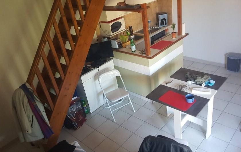 Location de vacances - Villa à Saint-Cyprien Plage - pièce principale avec petite table et chaises pliantes