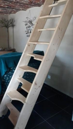 Location de vacances - Gîte à Mettet - Echelle de meunier pour accéder à l'étage