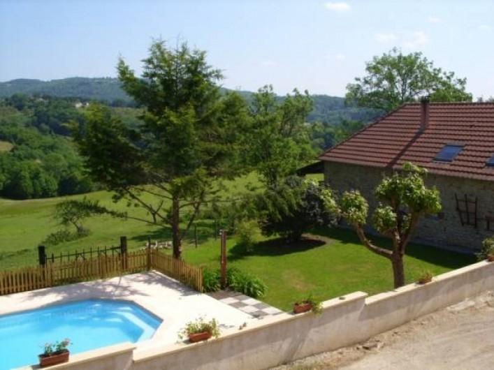 Location de vacances - Gîte à Turenne - vue avec la piscine