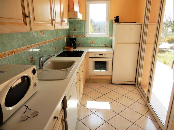 Location de vacances - Villa à Loubressac - Cuisine avec baie vitrée sur la terrasse couverte