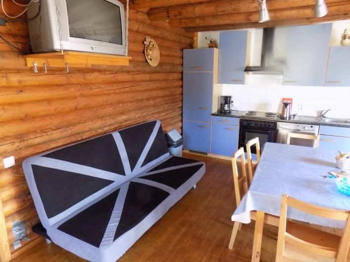 Location de vacances - Chalet à Gérardmer - Le clic clac dans le salon living cuisine, la TV est une grande à écran plat