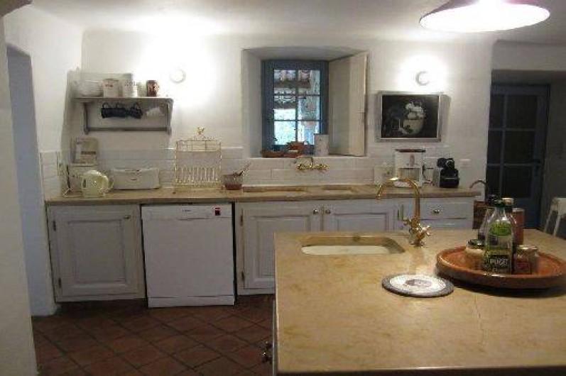 Location de vacances - Mas à Mons - Grande cuisine, tres bien équipée, 2 éviers