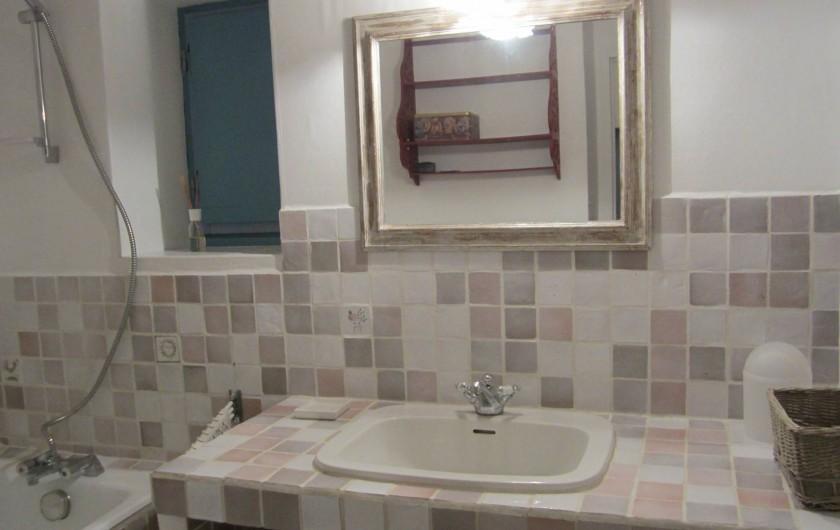 Location de vacances - Mas à Mons - la salle de bains pour la suite familiale (gde bleue +j.f.au pair)