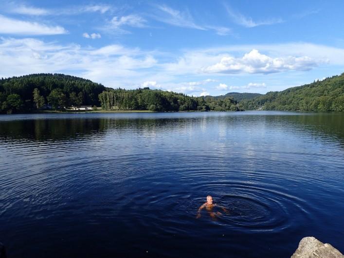 Location de vacances - Gîte à Saint-Hilaire-les-Courbes - Nagez dans les lacs....