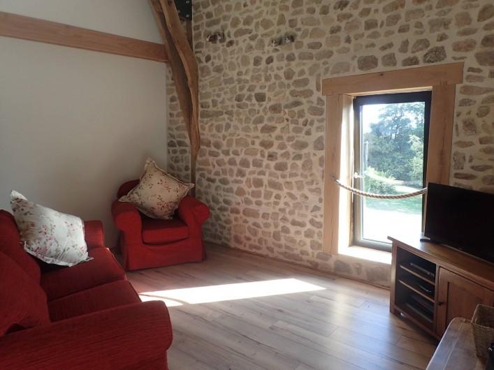 Location de vacances - Gîte à Saint-Hilaire-les-Courbes - Le salon....vue des champs et des bois.