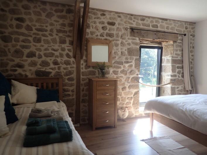 Location de vacances - Gîte à Saint-Hilaire-les-Courbes - La chambre sous la mezzanine...