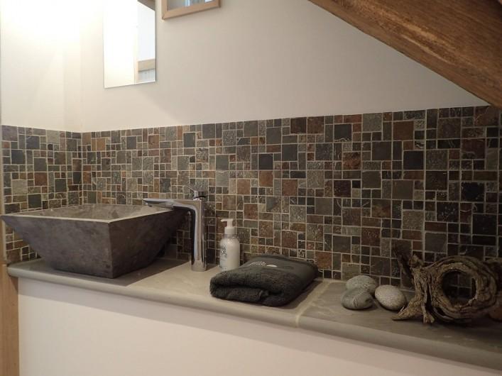 Location de vacances - Gîte à Saint-Hilaire-les-Courbes - Salle de douche sur la mezzanine..