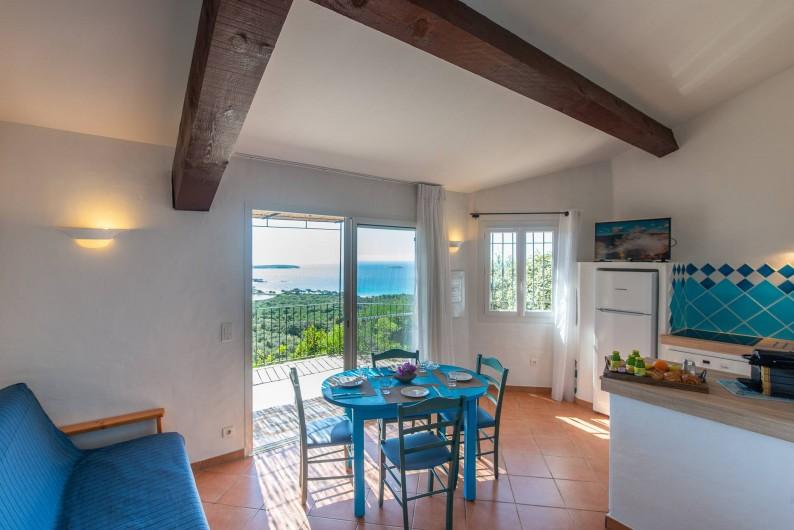 Location de vacances - Maison - Villa à Porto-Vecchio - Mini-villa (1 à 4 pers) Coin cuisine et salle à manger avec vue mer
