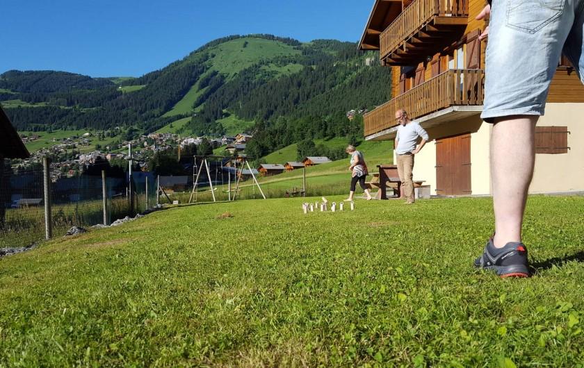 Location de vacances - Chalet à Châtel - Espace vert et jeux