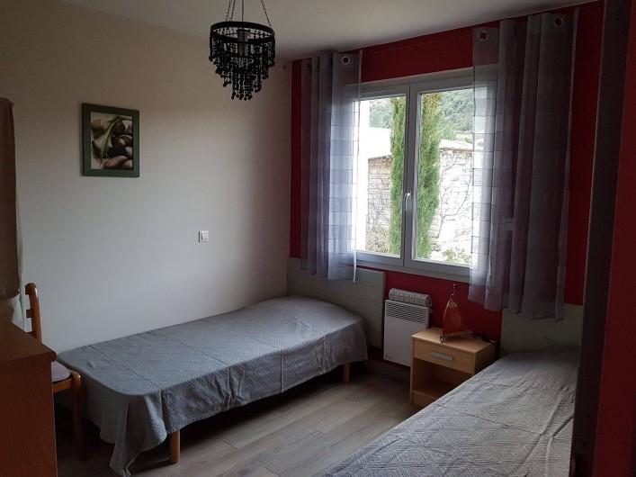 Location de vacances - Gîte à Rieux-en-Val - Chambre avec lits jumeaux du gite grenache avec vue sur jardin et piscine