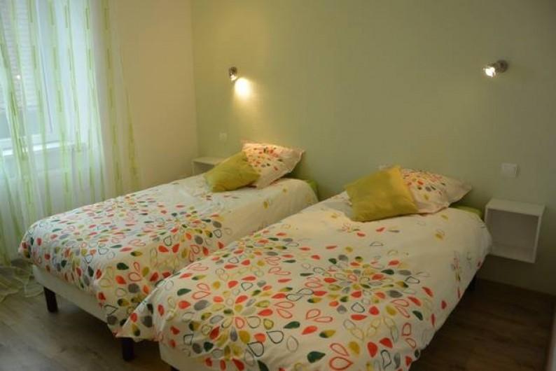 Location de vacances - Appartement à Kaysersberg - chambre avec 2 lits de 90 une armoire