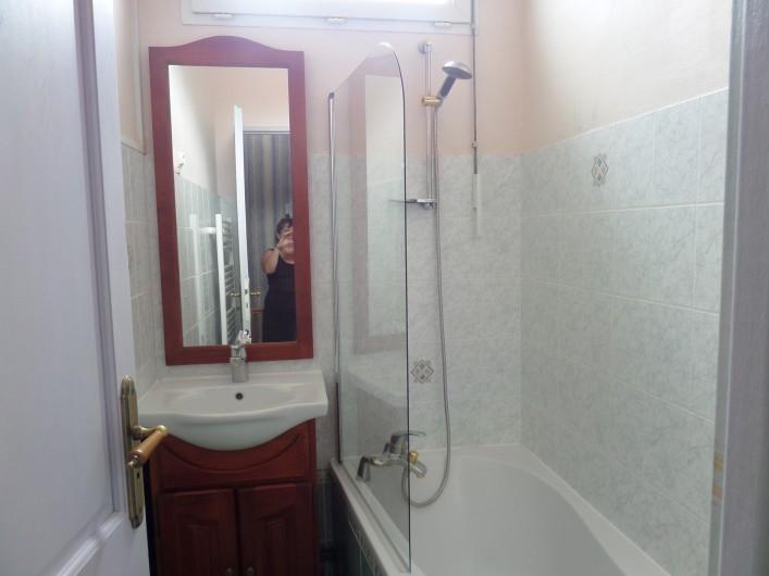 Location de vacances - Villa à Châtelaillon-Plage - Salle de bains à l'étage avec baignoire/douche et meuble vasque