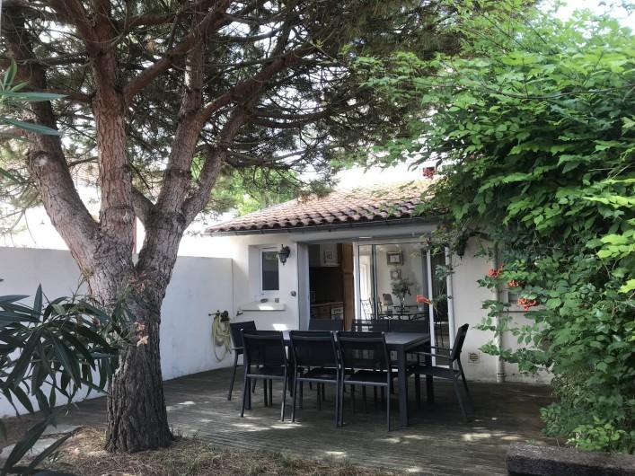 Location de vacances - Villa à Châtelaillon-Plage - Jardin clos sans vis-à-vis plein sud, terrasse, salon de jardin, barbecue
