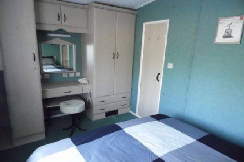 Location de vacances - Camping à La Palmyre - Chambre parentale : nombreux placards + place pour lit bébé