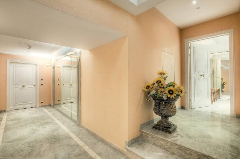 Location de vacances - Appartement à Cannes - Couloir d'entrée de l'appartement au PALAIS MIRAMAR