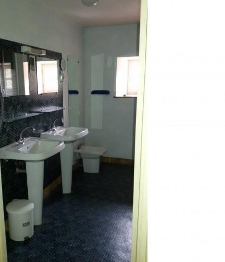 Location de vacances - Château - Manoir à Tréguier - salle d'eau avec douche et double lavabo