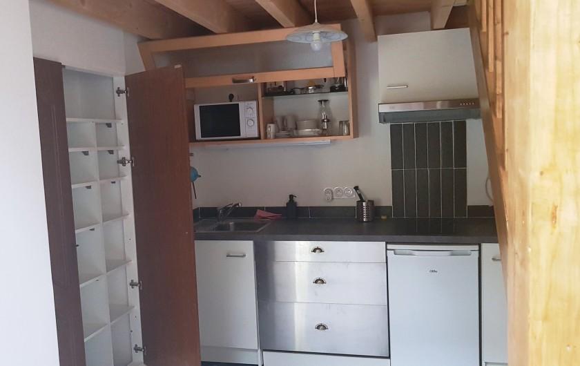 Location de vacances - Appartement à Charleval - coin cuisine avec placard