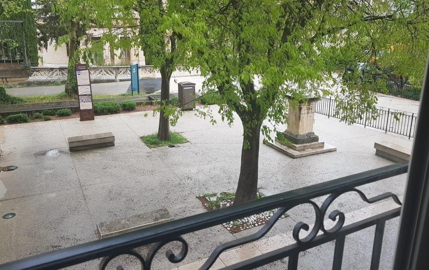 Location de vacances - Appartement à Charleval - vue sur la place du château