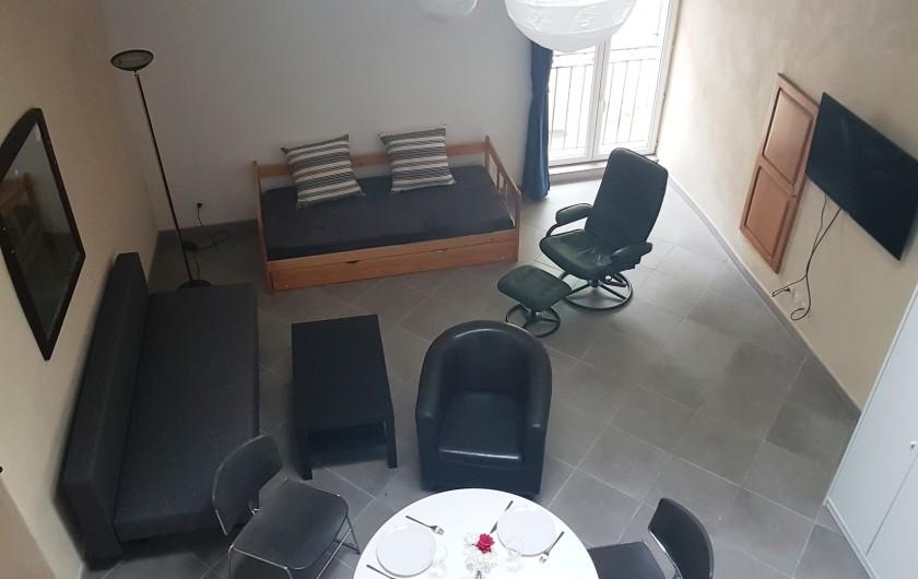 Location de vacances - Appartement à Charleval - séjour avec coin salle à manger et coin salon