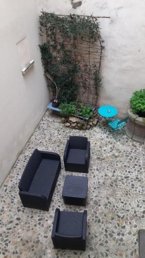 Location de vacances - Gîte à Brioude - salon de jardin dans la petite cour intérieure