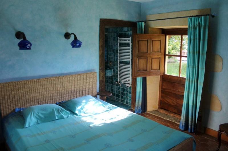 Location de vacances - Gîte à Saint-Cybranet - chambre bleue lit double rez de chaussée