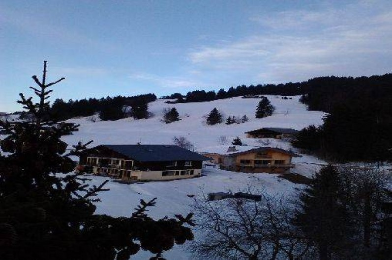 Location de vacances - Chalet à Crest-Voland - Vue du chalet depuis les arbres